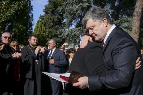 """Порошенко наградил орденом """"За мужество"""" украинца, героически погибшего в Неаполе"""