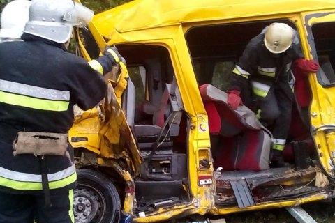 Пассажирский микроавтобус столкнулся сгрузовиком вХмельницкой области: есть жертвы