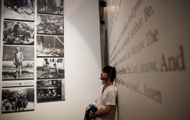 Посетитель экспозиции, посвященной Холокосту