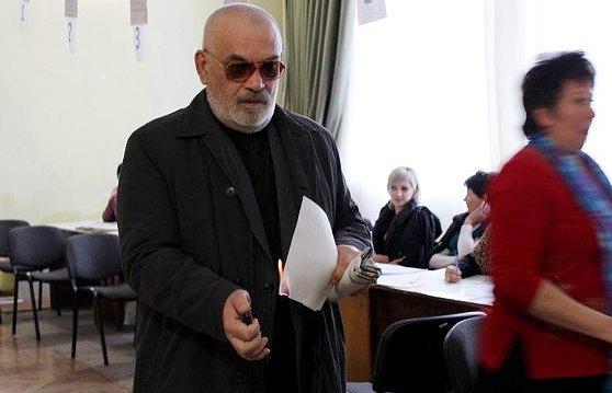 """Мужчина на избирательном участке в Симферополе в знак протеста поджигает бюллетень, не найдя там варианта """"против всех"""""""