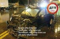 В Киеве водитель сбил двух пешеходов и разбил пять автомобилей