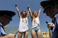 Милиция не дала Femen вволю искупаться (ФОТО+ВИДЕО)