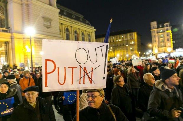 Сотни венгров вышли на митинг против визита Путина