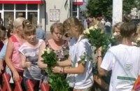 """В """"день тишины"""" в Чернигове раздавали розы от одного из кандидатов"""