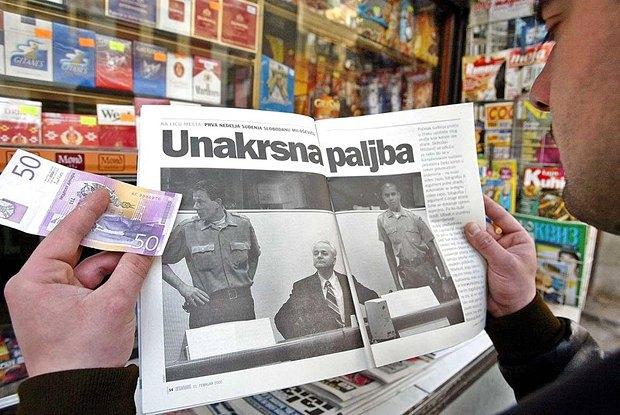 Житель Белграда покупает газету со статьей о суде над Милошевичем, 2002 год