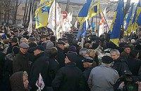 К СИЗО сходятся люди, Пономарев спел гимн