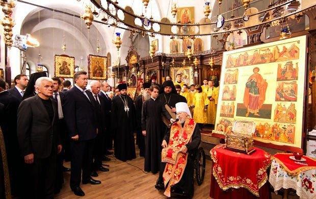 Янукович со свитой на открытии подворья Свято-Пантелеймоновского Афонского монастыря