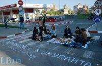 Активисты призывают украинцев не заправляться российским бензином
