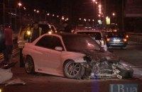 На Московском мосту в Киеве автомобиль снес отбойник