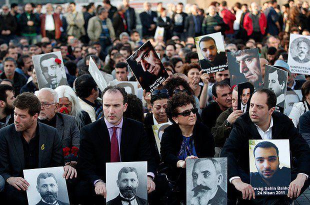 Армяне и турки держат фотографии жертв геноцида, отмечая его 98-ю годовщину в Стамбуле, в апреле 2013