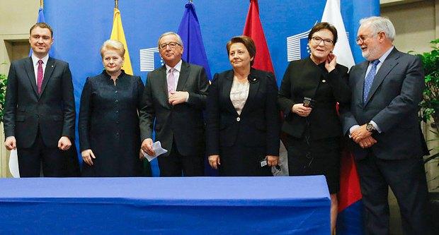 Зліва-направо: Прем'єр-міністр Естонії Тааві Рийвас, президент Литви Даля Грібаускайте, президент Європейської комісії Жан-Клод Юнкер, прем'єр-міністр Латвії Лаймдота Страуюма і прем'єр-міністр Польщі Копач, комісар ЄС з питань клімату і енергетики Аріас Каньете під час зустрічі саміту ЄС в Брюсселі, Бельгія, 15 жовтня 2015 року.