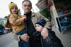 Янукович уравнял права одиноких отцов с одинокими матерями