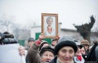 Сторонники пытаются передать рождественский каравай для Тимошенко