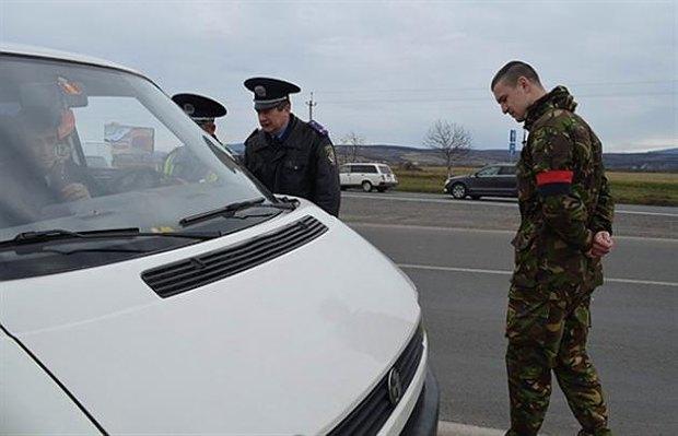 <<Даї>> та <<Правий сектор Закарпаття>> під час спільної перевіоки авто на перевезення контабанди. Березень 2014 р.
