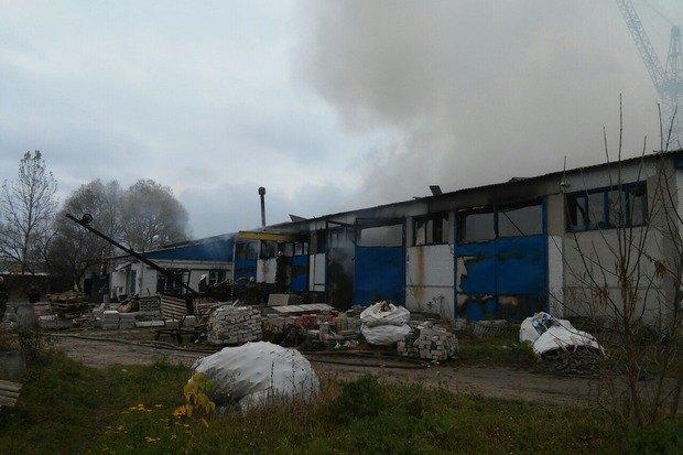 Cотрудники экстренных служб ликвидируют пожар вскладском помещении — Харьковская область
