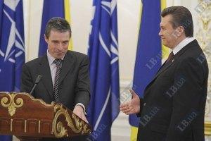Янукович пригласил в Украину Генсека НАТО