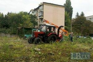 Киевляне пытаются остановить вырубку деревьев возле Киевского зоопарка (ОБНОВЛЕНО)