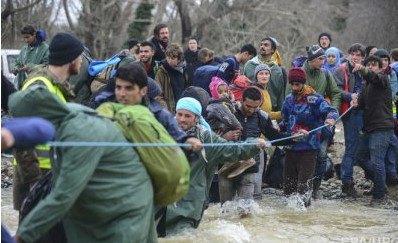 Сотни мигрантов прорвались из Греции в Македонию, перейдя реку вброд