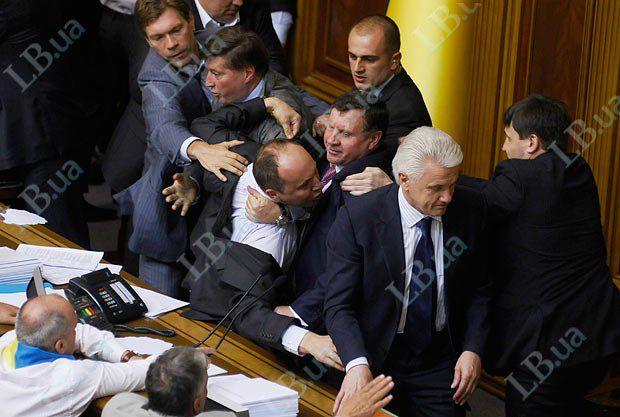 Владимир Литвин, объявив вечерние заседание закрытым, покидает трибуну парламента