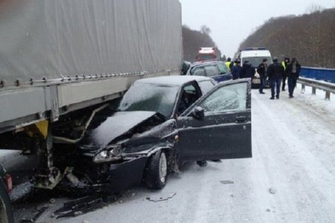В ДТП подо Львовом столкнулись грузовик и три легковушки