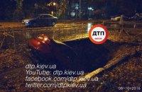 В Киеве автомобиль провалился в яму на проезжей части