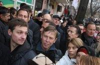 Депутатов  пропустили в зал суда