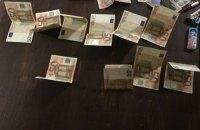 """Инспектор таможни аэропорта """"Киев"""" задержан при получении 500 евро взятки"""