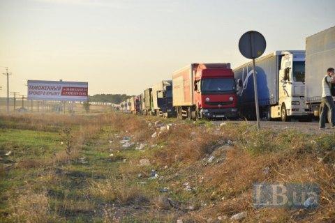 Водій фури намагався переїхати активістів, які блокують в'їзд до Криму