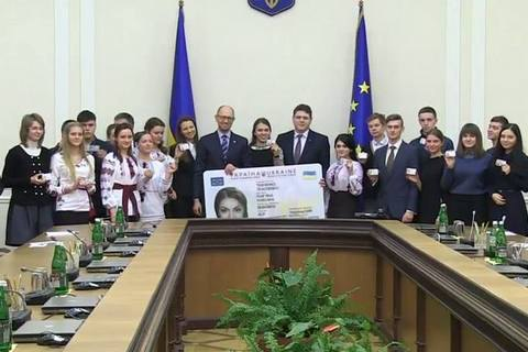 Сьогодні Яценюк вручить перші ID-паспорти вБудинку уряду