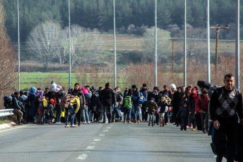 Мигранты с помощью тарана прорвали заграждение на границе Греции и Македонии