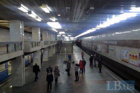 ВКиеве под поезд метро упал человек, останавливали движение накрасной ветке