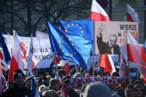 Тисячі поляків вийшли наакцію протесту проти закону про поліцейський контроль
