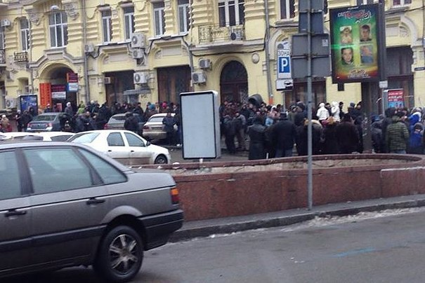 Пара сотен человек с ведрами и метлами подошли к баррикаде на Крещатике