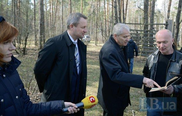 Директор Залесья Виктор Каминецкий спорит с экологом. Слева - глава ГУД Сергей Аверченко
