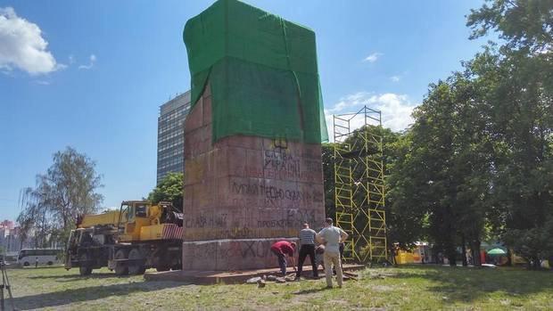 Комунальники почали зносити пам'ятник чекістам у Києві