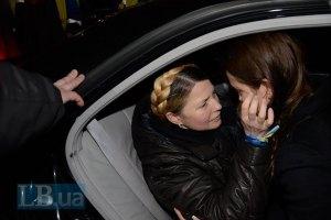 Тимошенко прилетела к матери в Днепропетровск