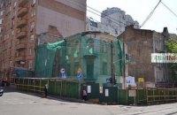 У центрі Києва почали зносити 100-літній будинок заради 9-поверхівки
