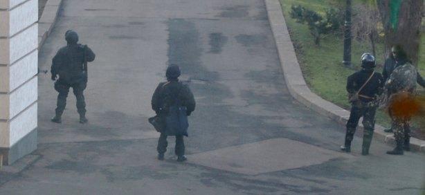 """Снайперы """"Альфы"""" уже три недели живут в Кабмине"""