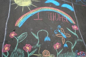 В Хмельницком дети подарили Януковичу рисунки на асфальте