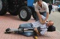 У Януковича отстранили охранника, повалившего журналиста на газон