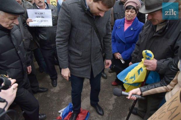 Парасюк плюндрує російський прапор
