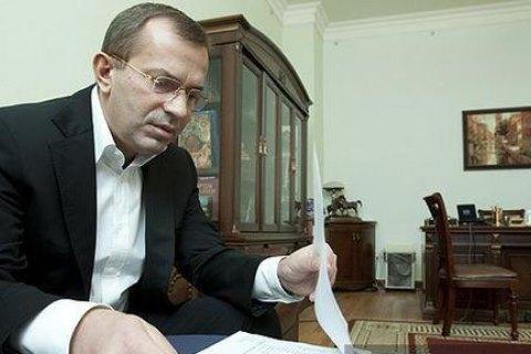 Суд оставил под арестом имущество Клюева и его отца