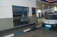 В Киеве грабитель вынес с автозаправки кассовый аппарат