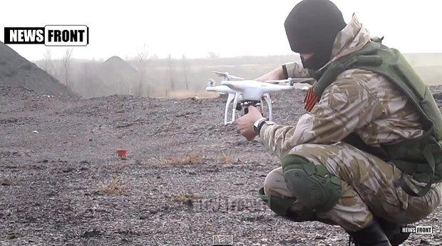 Днровский боевик запускает беспилотник в районе Горловки