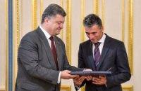 Порошенко наградил генсека НАТО орденом