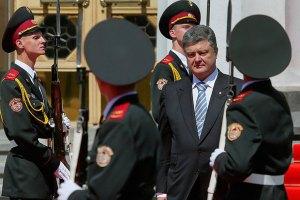 Порошенко поручил отдать армии сэкономленные на выборах деньги