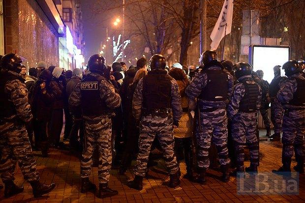 «Казацкие забавы» под присмотром «Беркута» обрисовали элитный ресторан в Киеве