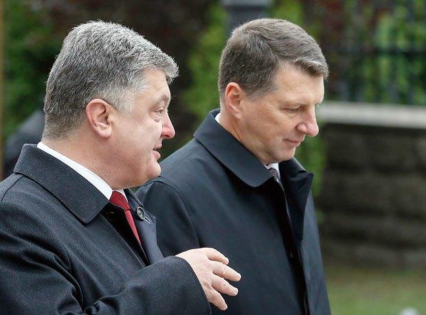Президент України Петро Порошенко і президент Латвії Раймондс Вейоніс під час зустрічі в Києві, 27 жовтня 2015 року.