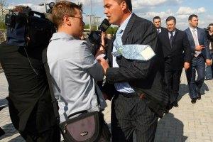 Охрана не пропустила журналистов на разговор с Азаровым