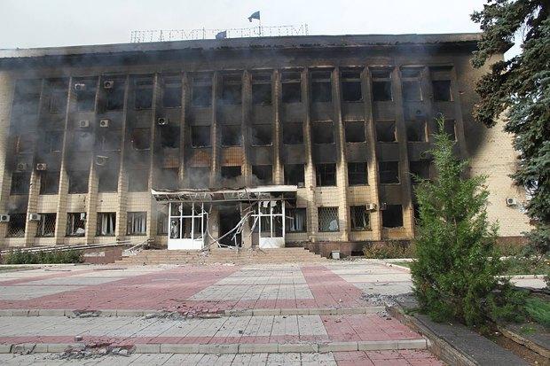 Там выглядела горадминистрация в Дзержинске, когда в город зашли украинские военные в июле прошлого года